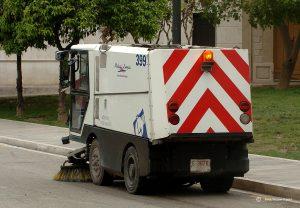 veegwagen-maakt-de-straten-schoon