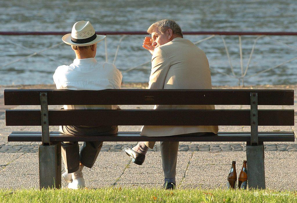 oudere-mensen-in-gesprek