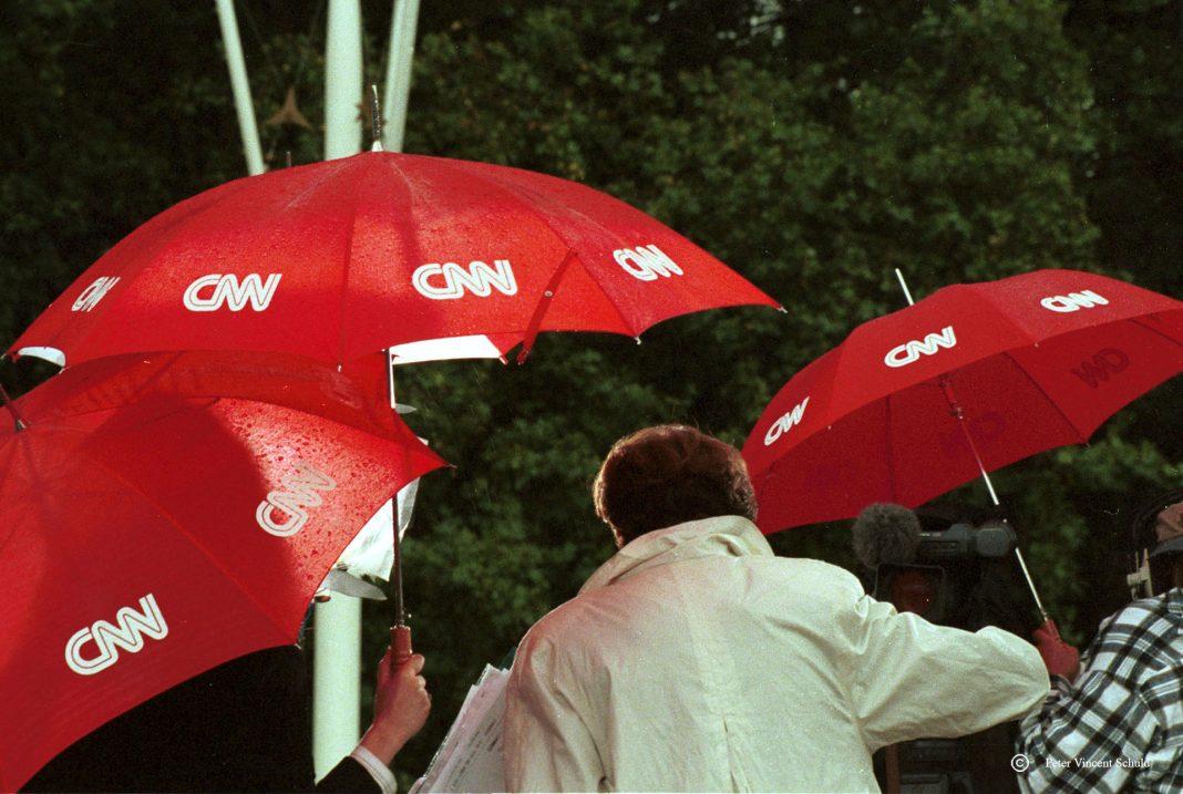 ploeg-van-cnn-aan-het-werk-in-de-regen