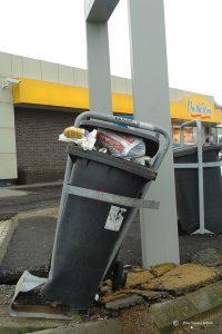 overvolle-vuilnisbak-langs-de-weg