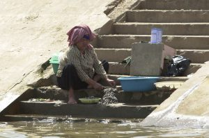 local-woman-cleans-fish-in-the-mekong-river